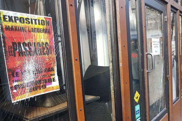 La vitrine du Lézard au mans portent les stigmates de l'attaque du 14 décembre 2019