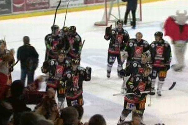 Mardi 20 novembre, les hockeyeurs sur glace amiénois se sont largement imposés à domicile face à Brest (10-2).
