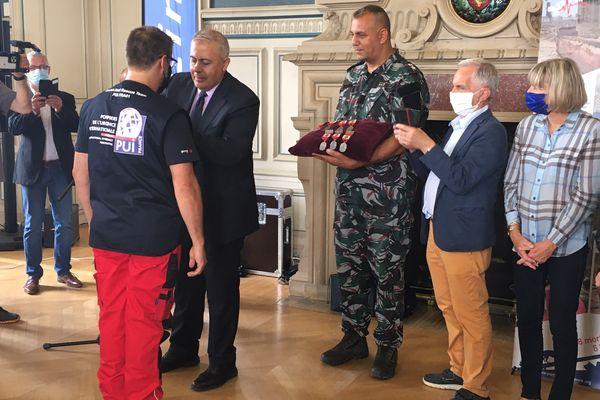Le gouverneur de Beyrouth, Marwan Abboud, a décoré la vingtaine de Pompiers de l'Urgence Internationale qui étaient intervenus dans sa ville en août 2020, ce samedi 3 juillet à la mairie de Limoges.