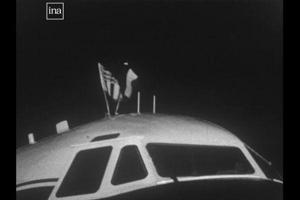 L'avion du prince Philip à l'aéroport d'Entzheim : le cockpit est surmonté du drapeau français et de l'étendard du duc d'Edimbourg
