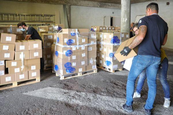 Grâce au soutien de grands clubs sportifs d'Occitanie 30 000 cartons contenant des kits de produits d'hygiène et de soins des mains sont prêts pour la distribution aux personnels des EHPAD.