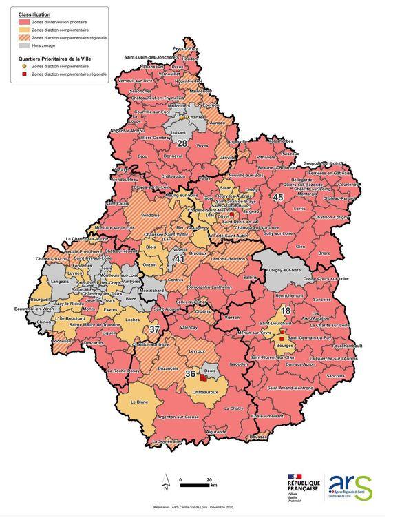 """Classification entre """"zones d'intervention prioritaire"""" (rouge), """"zones d'actions complémentaires"""" (jaune) et """"zones d'actions complémentaires régionales"""" (hachures)"""