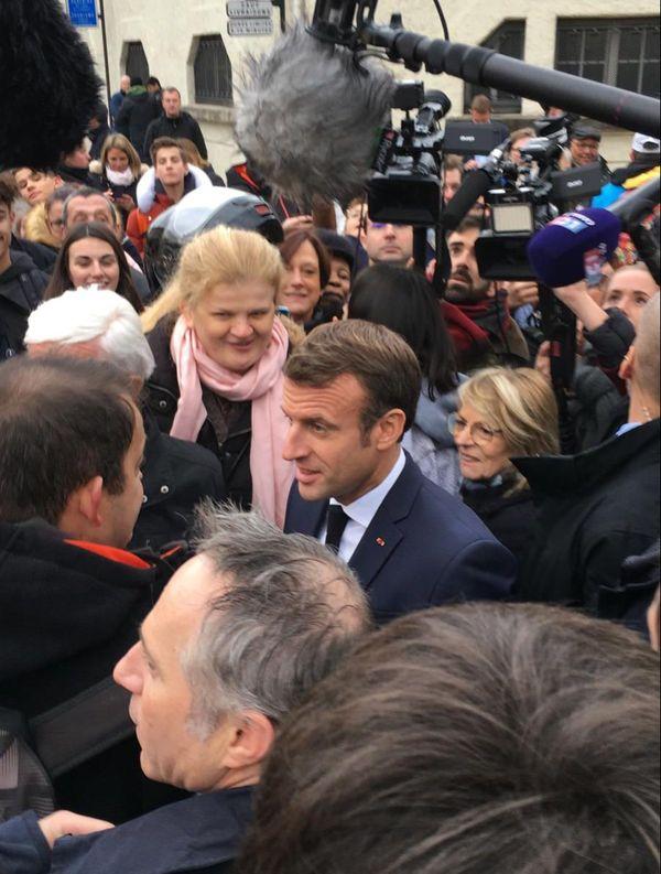 Devant la mairie d'Epernay, environ 70 Sparnaciens attendaient l'arrivée d'Emmanuel Macron