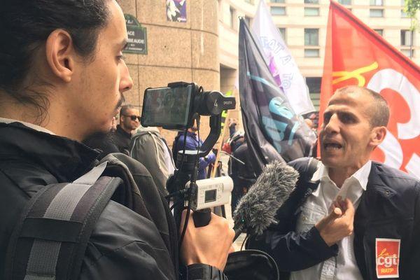 Ahmed Berrahal, chauffeur de bus et élu CGT RATP est interrogé par un journaliste avant son conseil de discipline mercredi 10 juin à Paris.