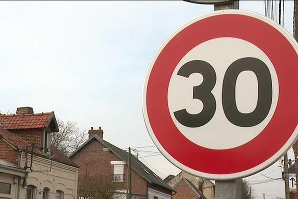 A Domart-sur-la-Luce dans la Somme, la municipalité a décidé d'installer elle-même des panneaux pour limiter la vitesse à 30 km/h