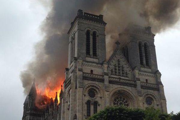 Incendie de l'église Saint-Donatien à Nantes, image twitter