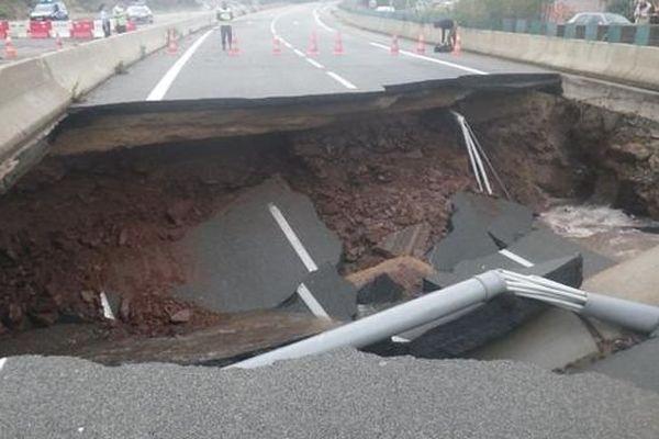 L'A75 est fermée dans les deux sens à hauteur du Bosc, la chaussée étant effondrée - 13 septembre 2015