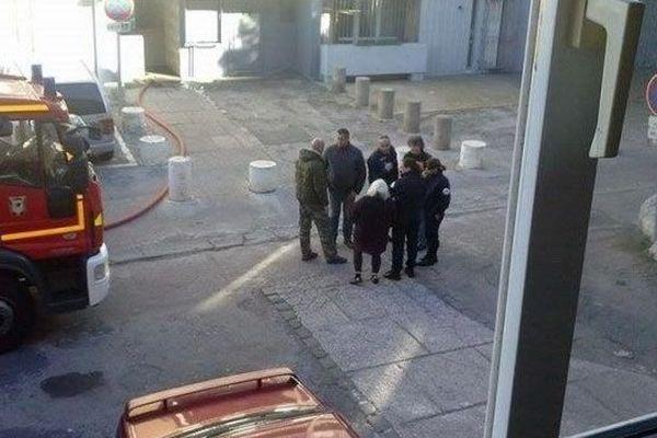 Forces de l'ordre et pompiers dans la cour de l'immeuble le Chalut à Sète