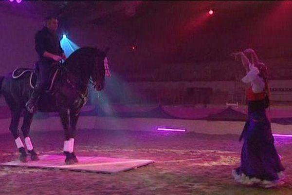 Damien, l'artiste équestre et Florès, la danseuse avec le cheval Caméléone répètent le spectacle éphémère de la Saint-Sylvestre au Cabaret des dunes.