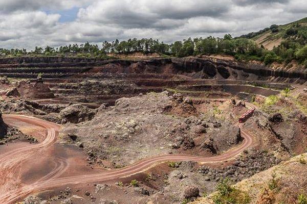 Site touristique, le volcan de Lemptégy est une carrière de pouzzolane (une pierre qui l'on a utilisé jusque sous le Stade de France).