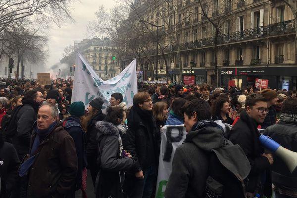 Des milliers de personnes défilent lors de la manifestation du 9 janvier à l'appel d'une intersyndicale menée par la CGT et FO.