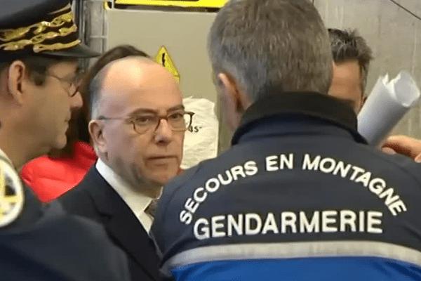 Bernard Cazeneuve salue les secouristes en montagne lors de sa visite à Chamonix.