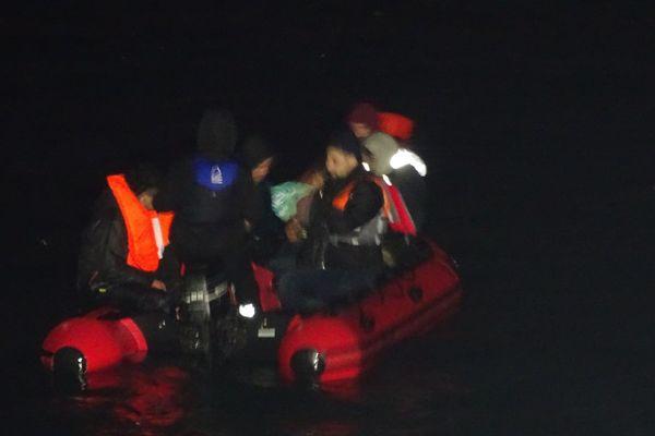 Treize personnes migrantes dont une femme et un nourrisson se trouvaient à bord de ce canot.