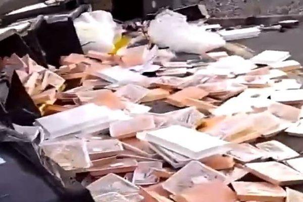 Muret (Haute-Garonne) - les poubelles de la cantine pleines de nourriture et de plateaux repas jetés - 1er juillet 2021.