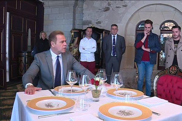 Le propriétaire américain du château du prieuré, Zaya Younan, est attentif à chaque détail de l'aménagement.