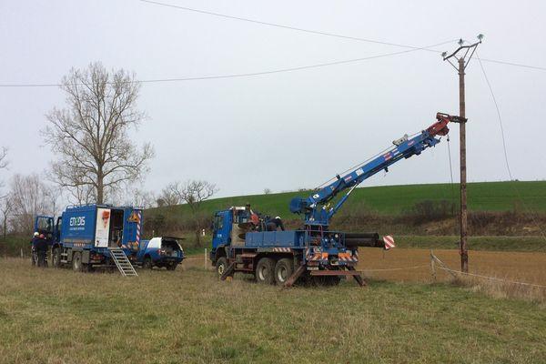 Les agents d'Enedis réparent une ligne électrique victime des fortes rafales de vent à Belpech dans l'Aude. 7/03/2017