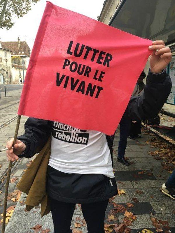 Une militante d'Extinction Rebellion à l'arrêt de tramway Chamars à Besançon.