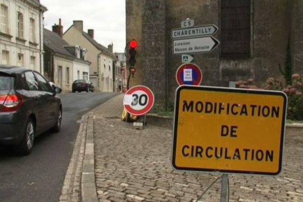 Feu tricolore dans la rue principale de Semblançay (Indre-et-Loire)