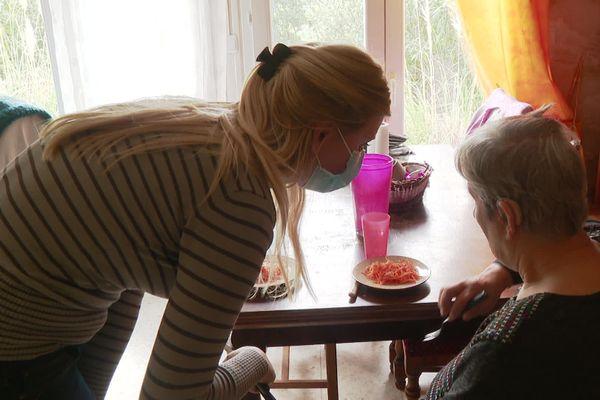 Gwendoline Leterrier, 21 ans, est aide à domicile en Ardèche depuis deux ans