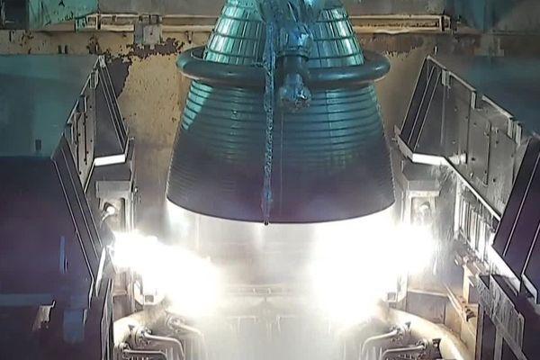 Gros plan de la tuyère du moteur Vulcain lors de la mise à feu d'une fusée Ariane 5 (26/11/2019)