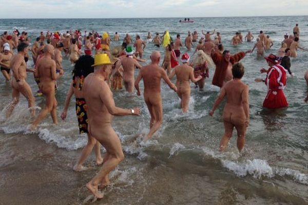 Ils étaient plus de 400 naturistes ou déguisés à se jeter à l'eau pour la 29ème édition du dernier bain de l'année au Cap d'Agde - 31 décembre 2017