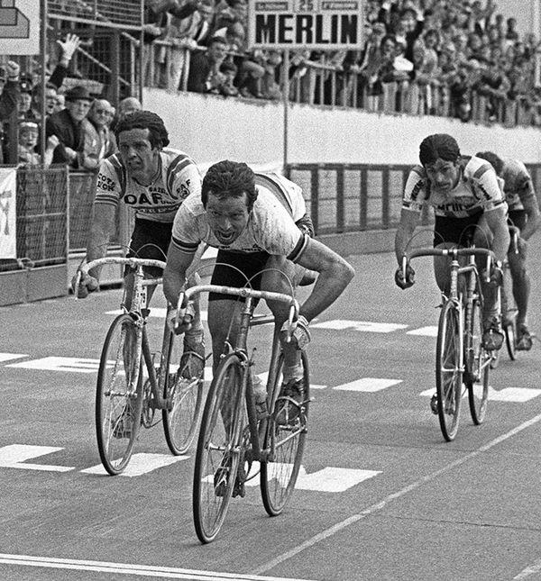 Sur la ligne d'arrivée du Vélodrome de Roubaix, Hinault devant De Vlaeminck et Moser
