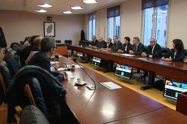 Des responsables politiques et économiques, partisans de la LGV, lors de leur conférence de presse ce matin.