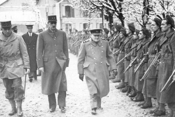 De Lattre de Tassigny, de Gaulle et Churchill passant en revue des soldats des Forces Libres Françaises.