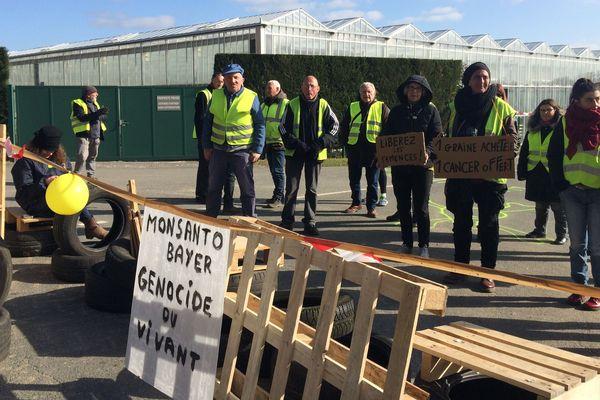 Une trentaine de gilets jaunes bloque les entrées du site du géant agrochimique Monsanto à Autry_le-Châtel.