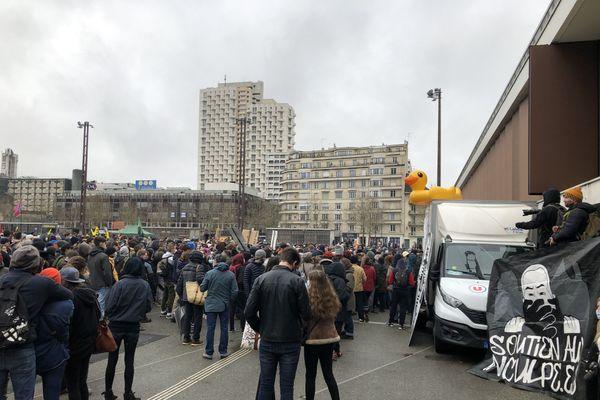 Près d'un millier de manifestants rassemblés sur l'esplanade Charles de Gaulle à Rennes