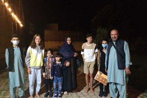 Sher Akbar Shirzad et sa famille, accueillis par des amis à leur retour à Rennes