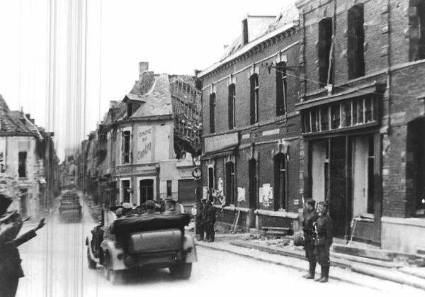 Hitler et son escorte quittant Bouchain, le 2 juin 1940, pour se diriger vers Cambrai.