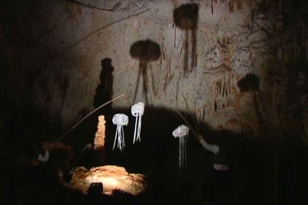 Un théâtre d'ombres entre stalactites et concrétions.