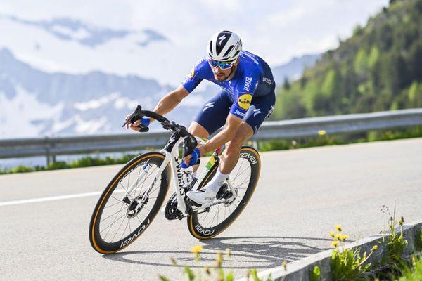 Julian Alaphilippe dans la descente du contre-la-montre vers Andermatt lors de la 7ème étape du Tour de Suisse.