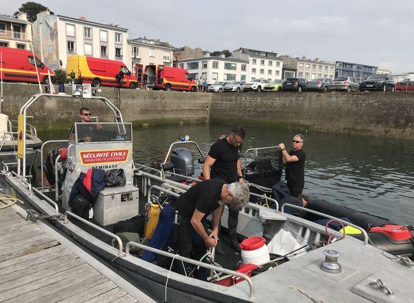 Les équipes de démineurs de la sécurité civile s'apprêtent à quitter le port de Brest pour rejoindre le lieu où a été trouvée la mine