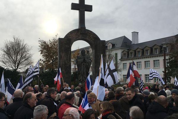 500 manifestants pour garder la croix à Ploërmel