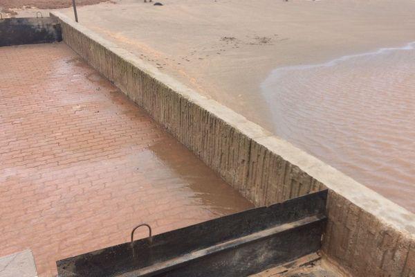 À Valras-plage, les batardeaux ne retiennent pas bien la mer - 13 octobre 2016