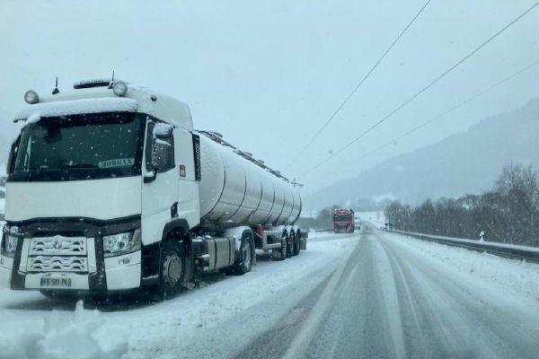 La préfecture du Cantal a décidé l'obligation de port d'équipements pour la neige pour les camions de plus de 7,5 tonnes ce jeudi 10 décembre.