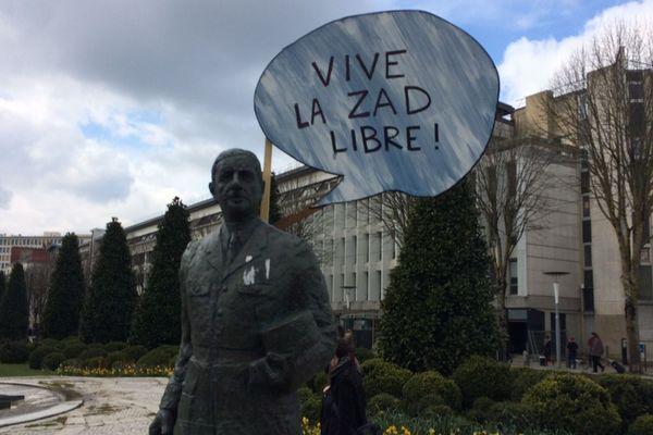 Les opposants à NDDL ont décoré la statue de De Gaulle devant la préfecture de Nantes, le 19 mars 2018