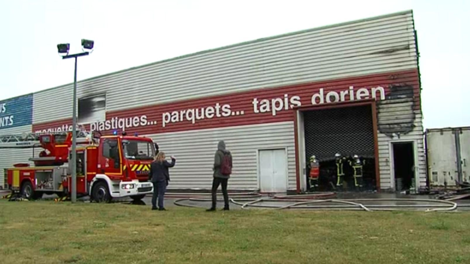 incendie dans un magasin du centre commercial mondeville 2 france 3 basse normandie. Black Bedroom Furniture Sets. Home Design Ideas