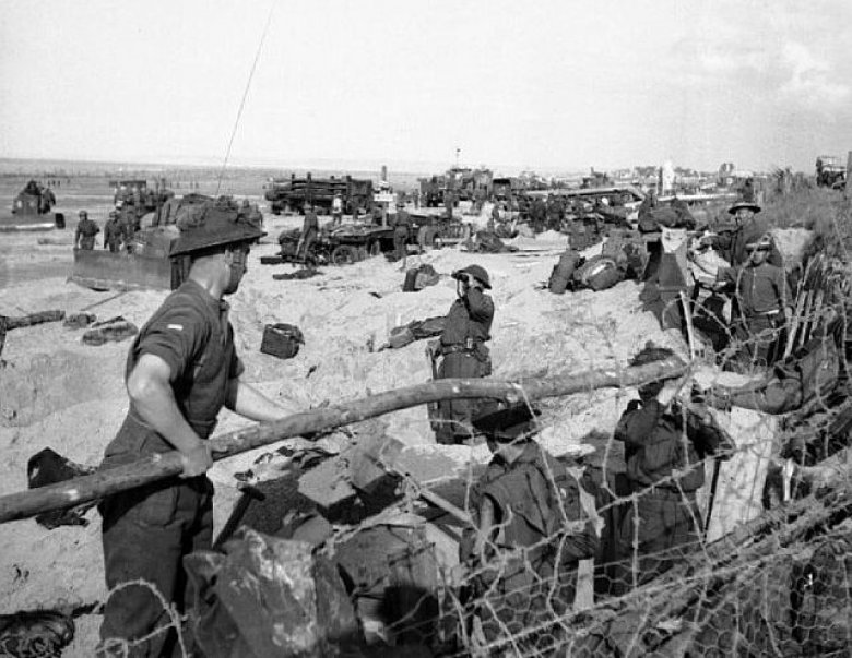 British troops and naval beach parties on Sword Beach in Normandy on D-Day, 6 June 1944. / © Knight (Capt), No 5 Army Film & Photographic Unit, via Wilimedia Commons