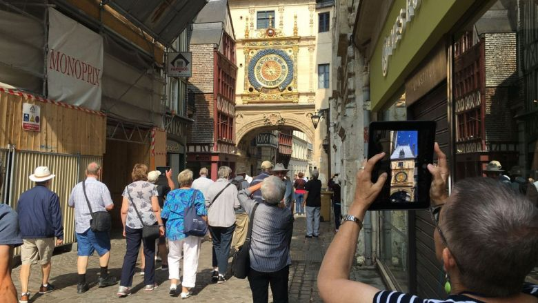 Juillet 2018- Rouen : touristes rue du Gros-Horloge / © Photo : Richard PLUMET / France 3 Normandie