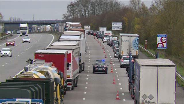 COP 21 : plus de 200 camions bloqués par surprise sur l'A13, dans l'Eure, en direction de Paris