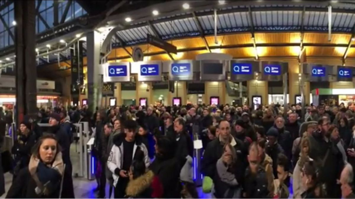 Aux heures de pointes, en gare Saint-Lazare à Paris, les portiques anti-fraude doivent rester ouverts afin d'éviter l'engorgement de la gare / © capture d'écran Youtube, Association des Usagers du train Paris-Cherbourg