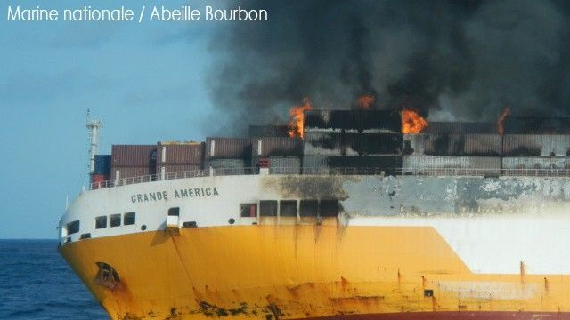 © Le Grande America en feu avant de sombrer. Photo Marine Nationale
