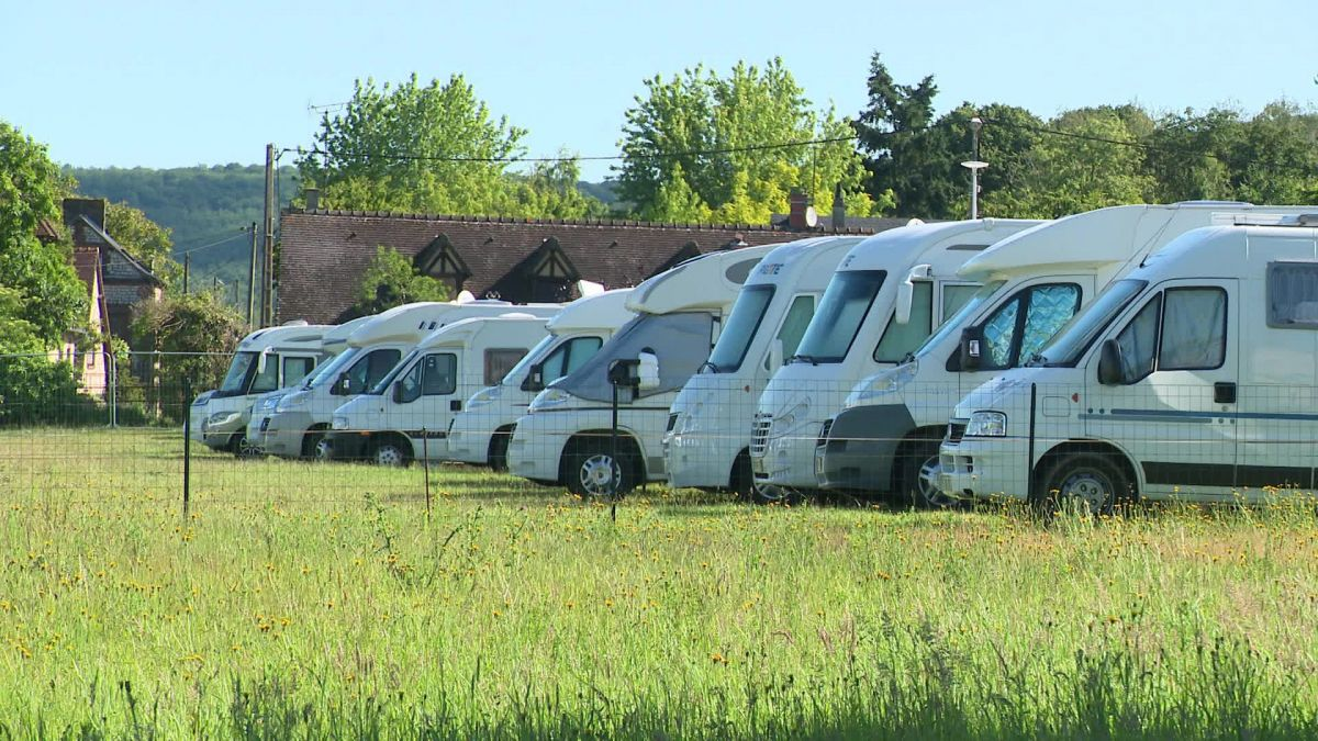 Un parking de campings-cars improvisé dans un champ / © France 3 Normandie