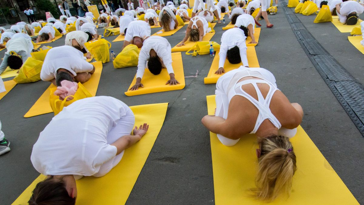 Illustration, des adaptes du yoga participent à la journée mondiale du yoga sur la parvis de la Tour Eiffel (2015) / © IP3 PRESS/MAXPPP