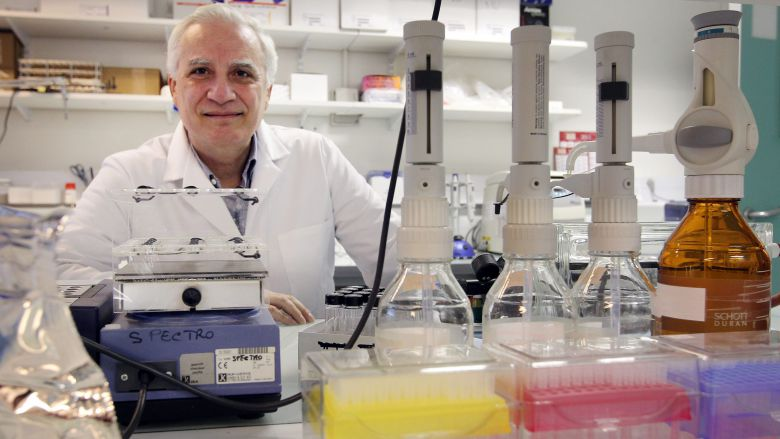 Le Docteur Piazza dans son laboratoire ( archives ) / © Theillet Laurent MAXPPP