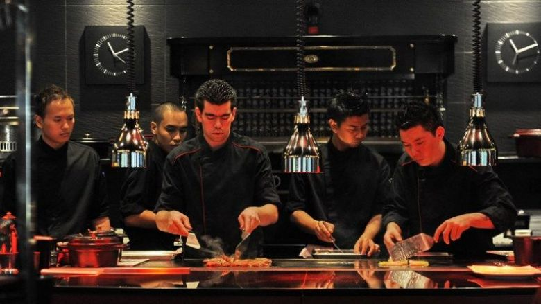 Des chefs en action à l'Atelier Joël Robuchon à Singapore (avril 2011) / © SIMIN WANG / AFP