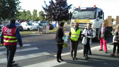 Distribution de tracts par l'intersyndicale de l'hôpital de Montmorillon. / © France 3